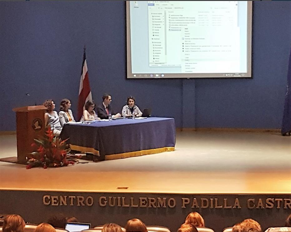 Foto de la mesa principal del encuentro