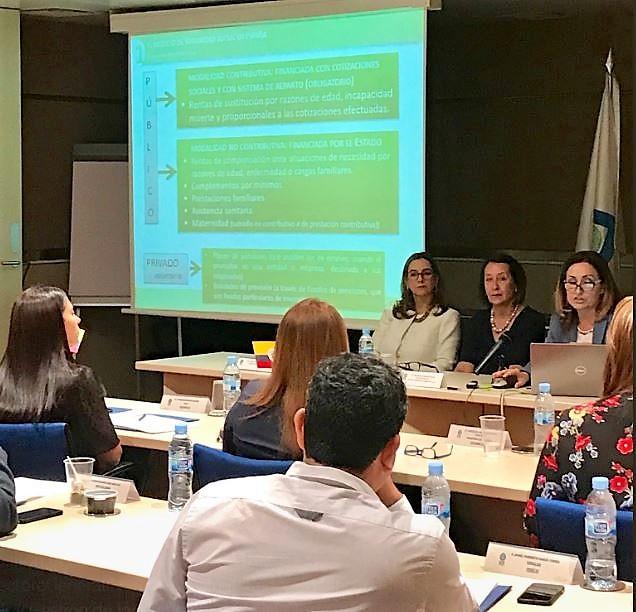 En la foto: En la mesa la secretaria general de la OISS, Gina Magnolia Riaño Barón y la Directora General de INSS, María Gloria Redondo Rincón