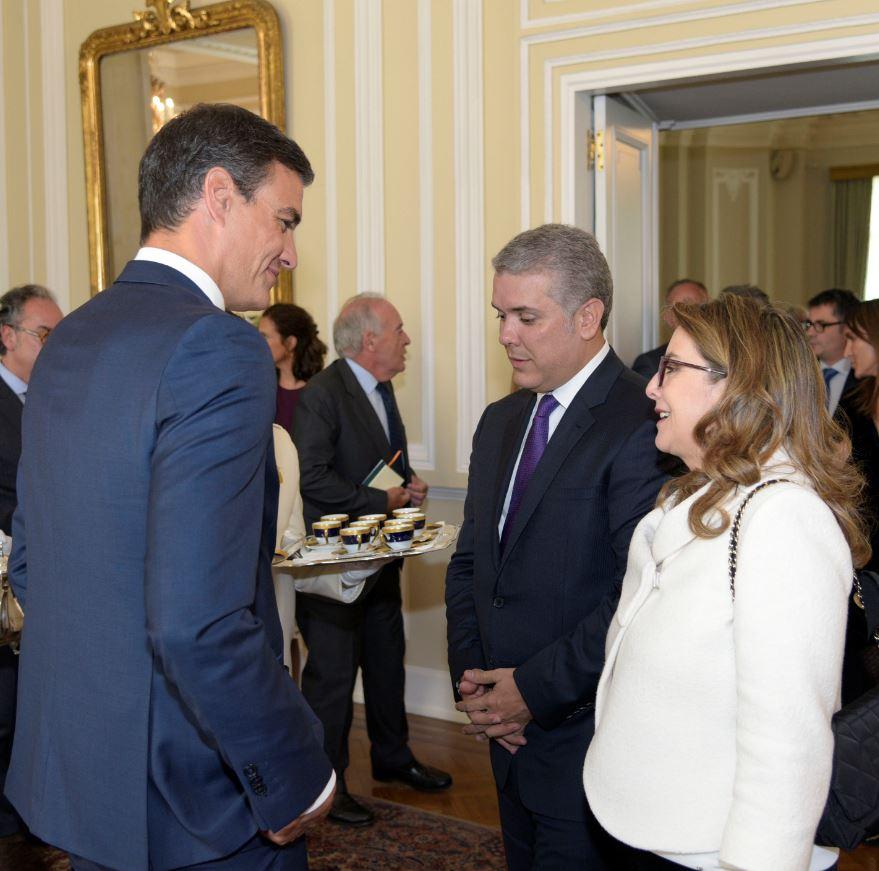 En la foto de izquierda a derecha el Presidente de Gobierno de España, Pedro Sánchez, el Presidente de Colombia, Iván Duque y la secretaria general de la OISS, Gina Magnolia Riaño Barón