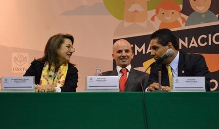 En la fotografía de izquierda a derecha: Gina Magnolia Riaño Barón, Secretaria General de la OISS, Antonio González, Director General del IMSS y el Presidente de la Cámara de los Diputados, Silvano Aureoles Conejo, Diputado Federal y Presidente de la Junta de Coordinación Política