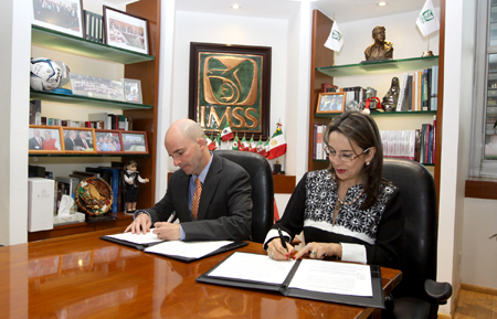 En la foto el Director General del Instituto Mexicano del Seguro Social, José Antonio González Anaya y la Secretaria General de la OISS, Gina Magnolia Riaño Barón, en el acto de firma del Convenio