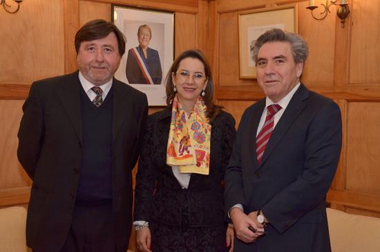 En la foto de izquierda a derecha: Ricardo Cifuentes Lillo, Subsecretario de Desarrollo Regional y Administrativo de Chile; Gina Magnolia Riaño Barón, Secretaria General de la OISS y Hugo Cinfuentes Lillo, Delegado Nacional de la OISS en Chile