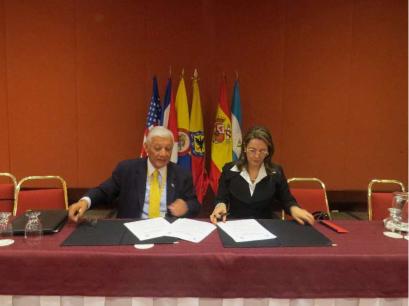 En la fotografía el Presidente de la Fundación Ver Para Creer, Néstor Benavides Cubillos y la Secretaria General de la Organización Iberoamericana de Seguridad Social Gina Magnolia Riaño Barón.