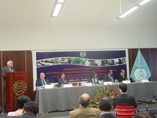 De pie, Fracisco M. Jacob, Vicesecretario General de la OISS, presentando la ponencia