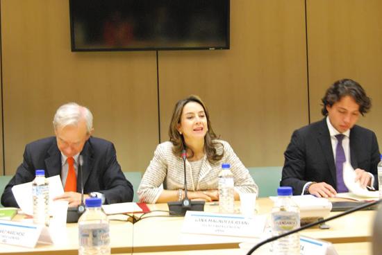 La Secretaria General de la OISS, Gina Magnolia Riaño Barón, durante su intervención en la reunión, junto al Secretario General de la OEI, Álvaro Marchesi (izquierda) y el Secretario General adjunto de la OIJ, Max Trejo Cervantes
