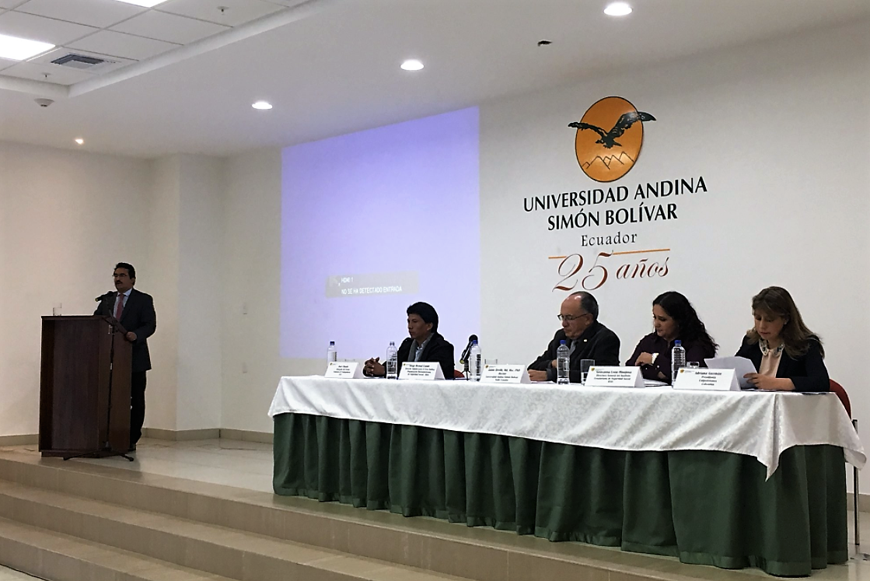 En la foto de izquierda a derecha: Atril (ponente) director adjunto del Centro de la OISS para el áerea Andina, Dr. Jorge Bernal y luego la mesa principal