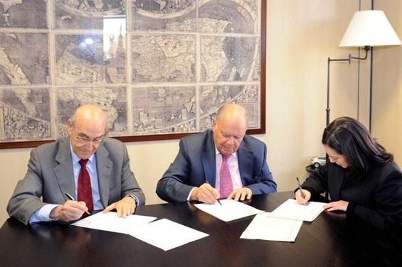 De izquierda a derecha: Adolfo Jiménez Fernández, Secretario General de la OISS, Enrique Iglesias, Secretario General de la SEGIB y María del Carmen Almendras Camargo, Embajadora de Bolivia en España
