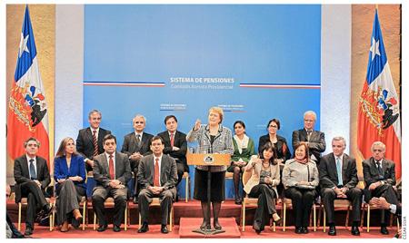En la fotografía entre otras personalidfades y expertos, se encuentra en la primera fila, a la derecha de la Presidenta Michelle Bachelet, la Ministro del Trabajo y Previsión Social, doña Javiera Blanco, a su izquierda el Ministro de Hacienda, Alberto Arenas; así como el Delegado Naacional de la OISS en Chile, Hugo Cifuentes -extremo izquierdo de la foto-