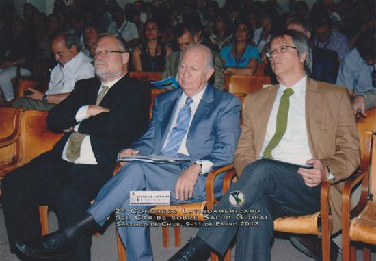 En la foto: El Ex Presidente de Chile, Dr. Ricardo Lagos Escobar (en el Centro) -también conferencista del Congreso- junto al Director Regional de la OISS para el Cono Sur, Dr. Carlos Garavelli (izquierda) y el Director de la Escuela de Salud Pública de la Universidad de Chile, Dr. Oscar Arteago (derecha).