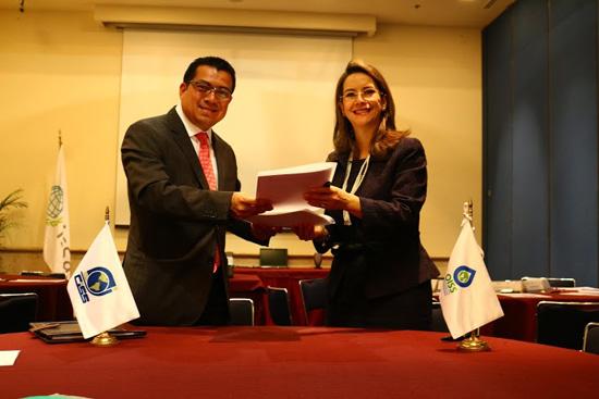 En la foto el Director del CIESS, Leonel Antonio Flores Sosa y la Secretaria General de la OISS, Gina Magnolia Riaño Barón