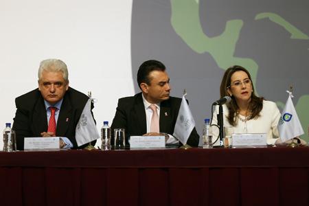 La Secretaria General de la OISS, Gina Magnolia Riaño Barón, con el subsecretario de trabajo de México, Rafael Adrian Avante Juárez y el Secretario General del ISSSTE, Luis Antonio Godina.