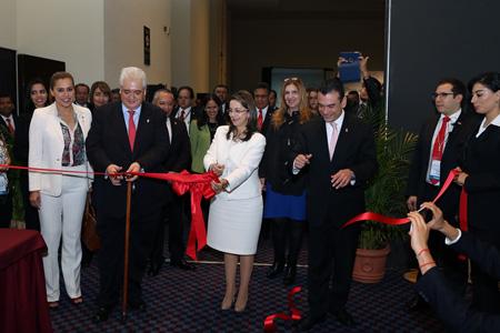 La Secretaria General de la OISS, Gina Magnolia Riaño Barón, con el subsecretario de trabajo de México, Rafael Adrian Avante Juárez  (derecha) y el Secretario General del ISSSTE, Luis Antonio Godina (izquierda) en la inauguración