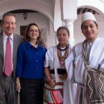 En la fotografía la Directora del Observatorio de Envejecimiento y Vejez (OEV), Doctora Gina Magnolia Riaño Barón, con estudiantes Arawacos y Don José Carlos Baura, en el marco del Seminario.