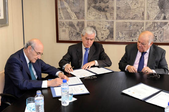 De izquierda a derecha: Adolfo Jiménez Fernández, Secretario General de la OISS;   Álvaro de Mendonça e Moura, Embajador de la República Portuguesa en Madrid y Enrique Iglesias, Secretario General de la SEGIB
