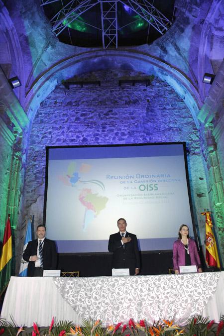 De izquierda a derecha: el Secretario General del BPS (Uruguay) y Presidente de la OISS, Eduardo Giorgi; el Presidente de la Junta Directiva del Instituto Guatemalteco de Seguridad Social (IGSS), Juan de Dios de la Cruz Rodríguez López y la Secretaria General de la OISS, Gina Magnolia Riaño Barón