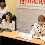 Foto de la firma del Convenio y Memorando de Entendimiento, a la izquierda la Directora del Centro Regional de la OISS para Colombia y el Área Andina, Gina Magnolia Riaño y la Ministra de Trabajo y Promoción del Empleo, Nancy Laos Cáceres