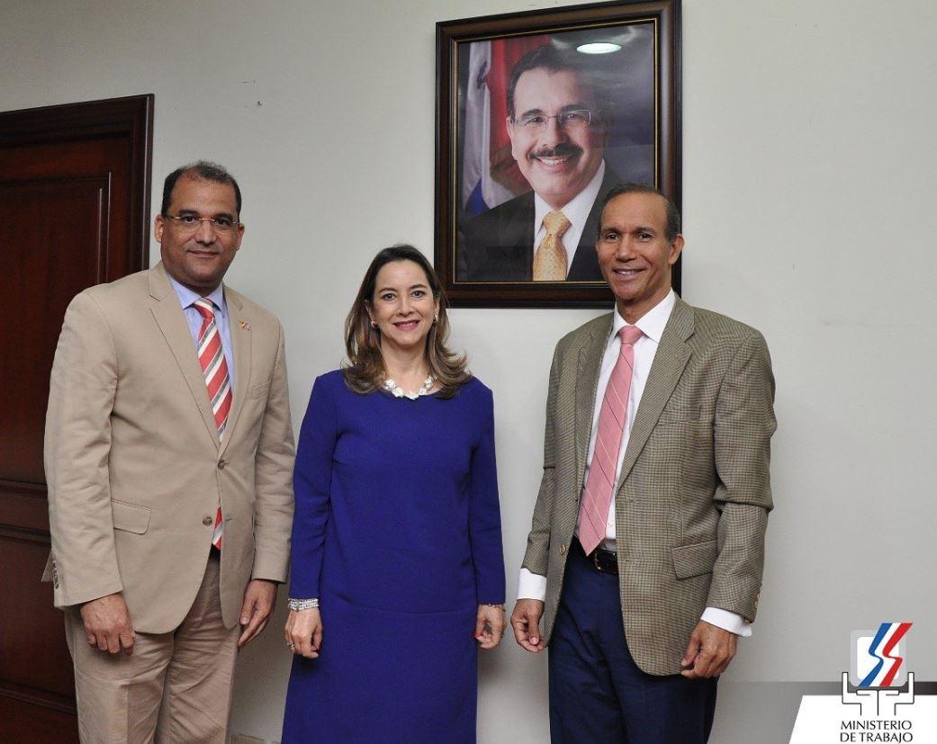 En la foto de izquierda a derecha: El Embajador de República Dominicana ante el Reino de España, Olivo Rodríguez Huertas, la secretaria general de la OISS, Gina Magnolia Riaño Barón y el Ministro de Trabajo de República Dominicana, Winston Santos