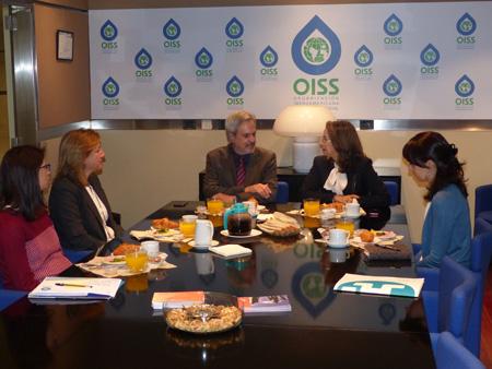 La Secretaria General de la OISS, Gina Magnolia Riaño Barón y el Secretario General de la OEI, Paulo Speller, con funcionarias de los dos Organismos Internacionales
