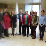 En la foto los asistentes al modulo con la Secretaria General de la OISS, Gina Magnolia Riaño Barón (a la izquierda de la bandera) y la Responsable de Programas de Servicios Sociales de la OISS, Ana Mohedano Escobar (de blusa azul, derecha)