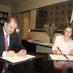 En la foto el Rector de la Universidad CES, José María Maya Mejía y la Secretaria General de la OISS, Gina Magnilia Riaño Barón