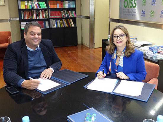 El ministro de Trabajo, Empleo y Seguridad Social de Argentina, Jorge Triaca y la secretaria general de la OISS, Gina Magnolia Riaño Barón