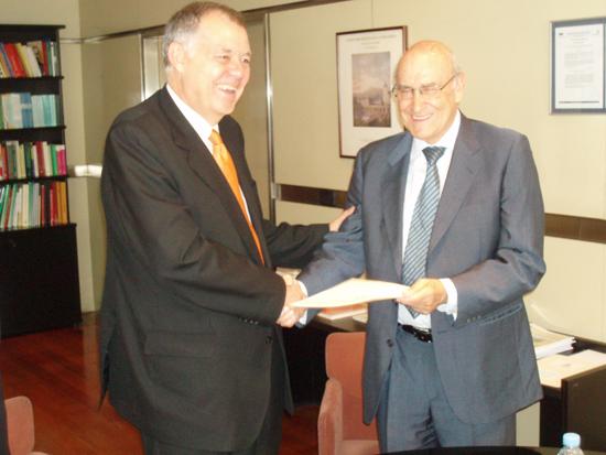 A la izquierda el Procurador General de la Nación de Colombia, Alejandro Ordoñez Maldonado y el Secretario General de la Organización Iberoamericana de Seguridad Social, Adolfo Jiménez Fernández