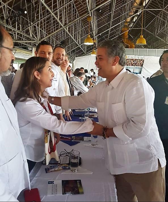 Saludo entre la secretaria general de la OISS, Gina Magnolia Riaño Barón y el Presidente de la República de Colombia, Iván Duque