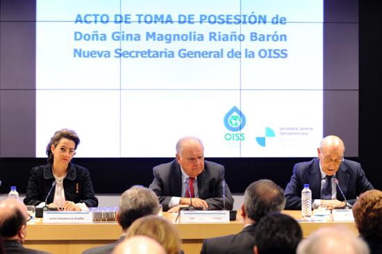 De izquierda a derecha: Gina Magnolia Riaño, nueva Secretaria General de la OISS; Enrique Iglesias, Secretario General Iberoamericano; Adolfo Jiménez Fernández, Secretario General de la OISS, saliente