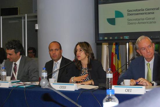 Gina Magnolia Riaño Barón, Secretaria General de la OISS, junto al Secretario de la OIJ a su izquierda y el Secretario General de la OEI a su derecha