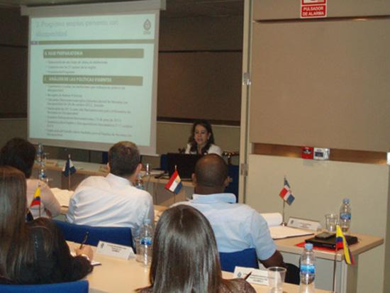 La Secretaria General de la OISS, Gina Magnolia Riaño Barón, impartiendo la ponencia