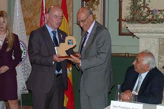 Adolfo Jiménez Fernández, Secretario General de la OISS, recibe  de parte del Presidente del IPS un presente, como expresión de gratitud y reconocimiento por sus contribuciones a la Seguridad Social de Iberoamerica.