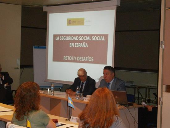 El Secretario de Estado de la Seguridad Social, Tomas Burgos (derecha), quien está acompañado del Secretario General de la OISS, Adolfo Jiménez (izquierda), presenta a los asistentes a la fase presencial del Máster la ponencia