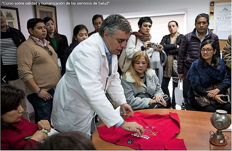 El Dr. Álvaro Villar, director del Hospital Maciel, explicando a los participantes del Curso la filosofía del centro en el ámbito de humanización