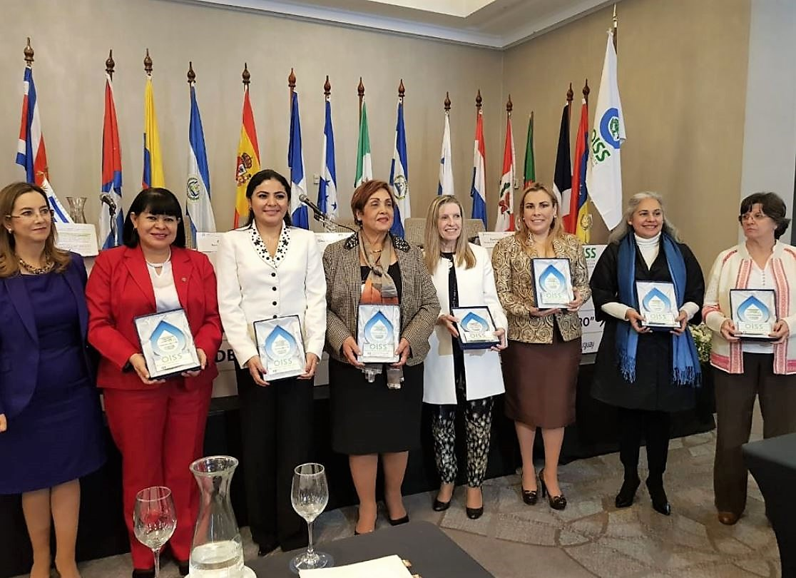"""Foto de grupo del reconocimiento """"Mujer y protección social en Iberoamérica 2018"""""""