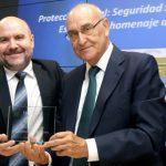 """En la foto Luis Cayo Pérez Bueno, Presidente del CERMI entrega a Adolfo Jiménez Fernández, la distinción de """"Amigo de la Discapacidad"""""""