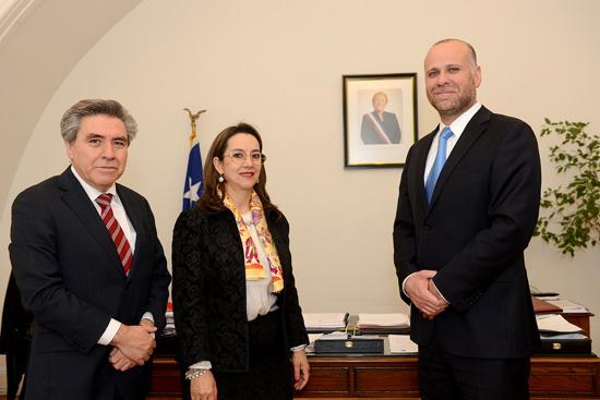 De izquierda a derecha: Hugo Cifuente, Delegado Nacional de la OISS en Chile, Gina Magnolia Riaño Barón, Secretaria General de la OISS y Alvaro Elizalde,  Ministro Secretario General de la Presidencia de Chile