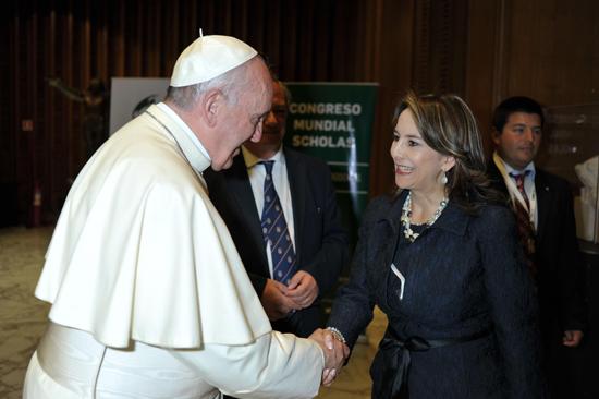 El Papa  Francisco con la Secretaria General de la OISS, Gina Magnolia Riaño Barón